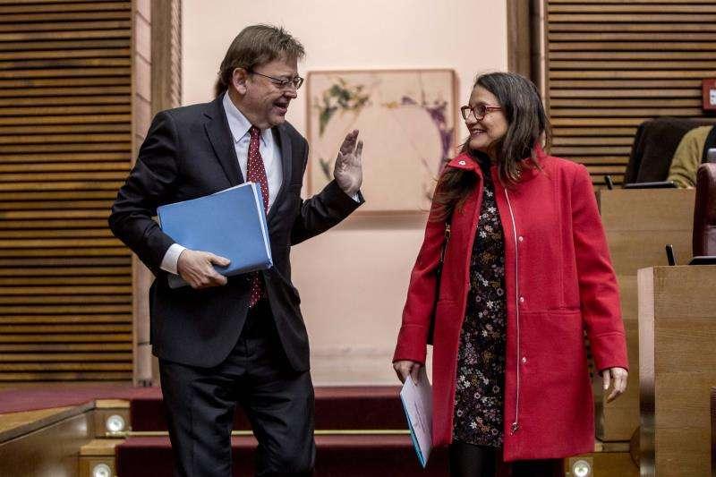 El president de la Generalitat, Ximo Puig, junto a la vicepresidenta del Consell, Mónica Oltra, momentos antes de dar inicio el pleno de Les Corts Valencianes. EFE