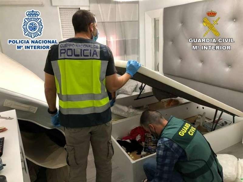 Momento de la operación, en una imagen de las autoridades.