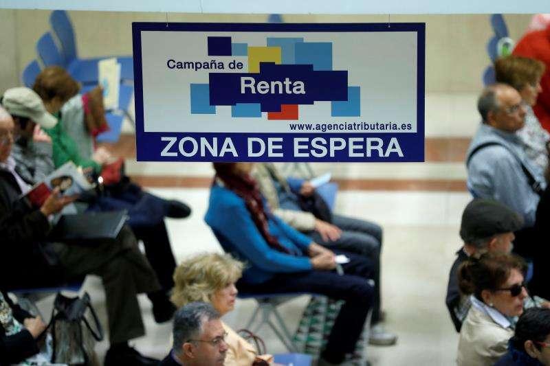 Ciudadanos esperan para ser atendidos en una delegación de Hacienda. EFE
