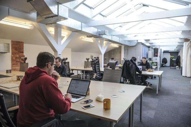 Unos jóvenes trabajando en una empresa de nueva factura. EFE/Archivo