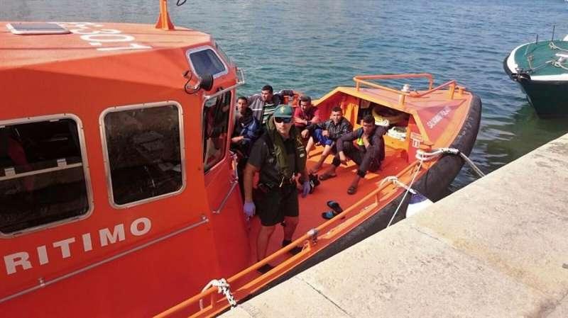 Imagen de archivo facilitada por la Guardia Civil del rescate de una patera en Alicante. EFE