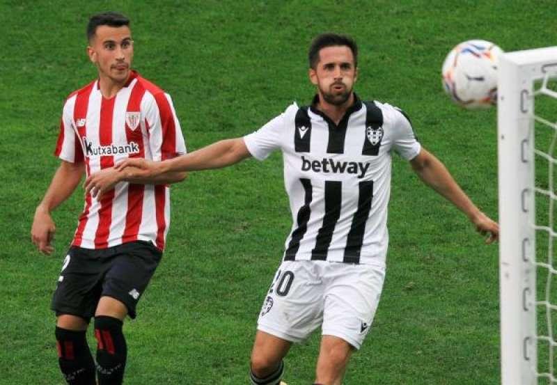 El jugador del Athletic de Bilbao Alex Berenguer y el jugodor del Levante, Jorge Miramón, observan un balón contra la escuadra durante el partido. EFE/Miguel Toña./ EPDA
