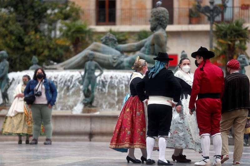 Falleros en la Plaza de la Virgen de Valencia en un San José sin Fallas. EFE