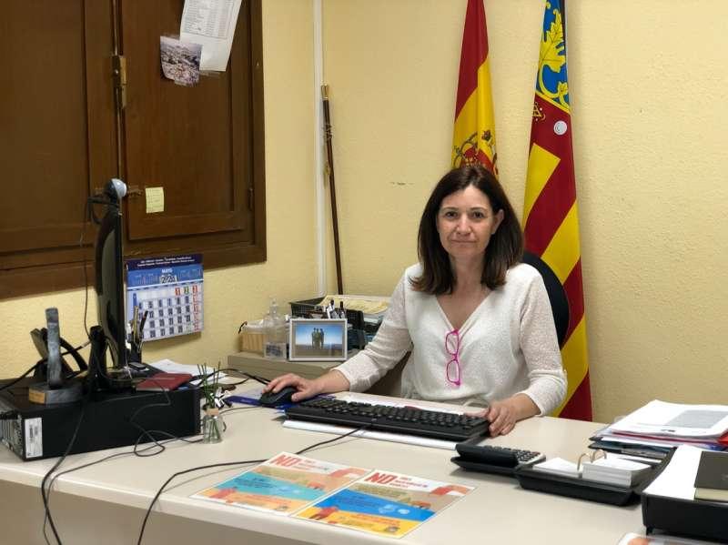 En la foto la Alcaldesa de Calles firmando el compromiso del Plan de Igualdad de Oportunidades.