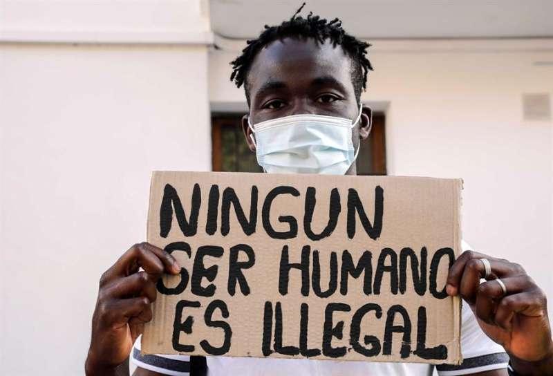 Un inmigrante enseña una pancarta en una concetración para reclamar la regularización de los migrantes en situación administrativa irregular. EFE/Ana Escobar/Archivo
