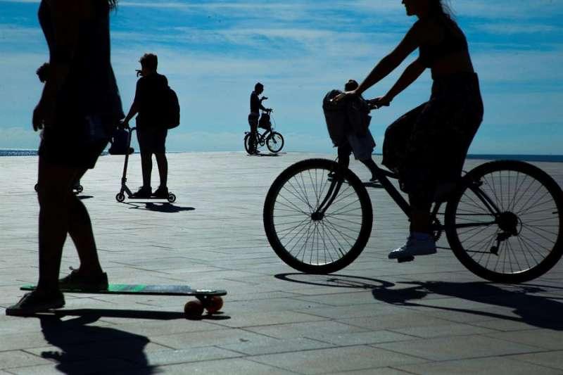 Varias personas en bicicleta y patinetes en la playa de la Barceloneta durante la desescalada.EFE/Enric Fontcuberta/Archivo