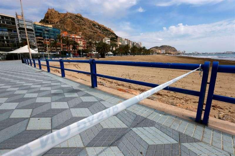 Vista general de la playa del Postiguet en Alicante. EFE/Manuel Lorenzo/Archivo
