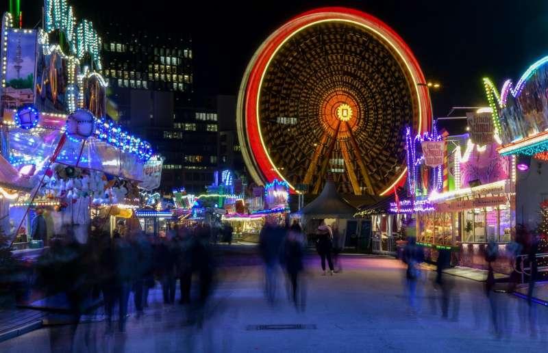 Vista de larga exposición de una rueda de un parque de diversiones. Archivo/EFE