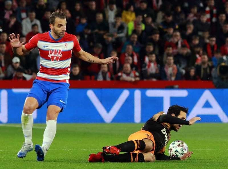 El centrocampista del Valencia Dani Parejo (d) cae ante el delantero del Granada Roberto Soldado en el partido de la Copa del Rey de esta temporada. EFE