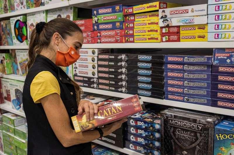 Una mujer consulta un juego en una juguetería. EFE