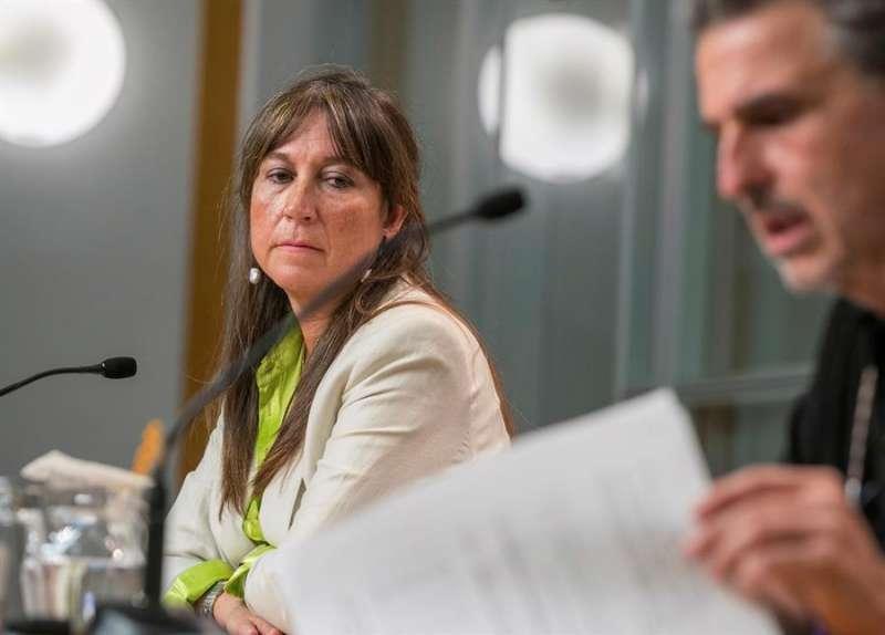 La consejera de Sanidad del Gobierno de Aragón, Sira Repollés, y el director general de Salud Pública, Francisco Javier Falo. EFE