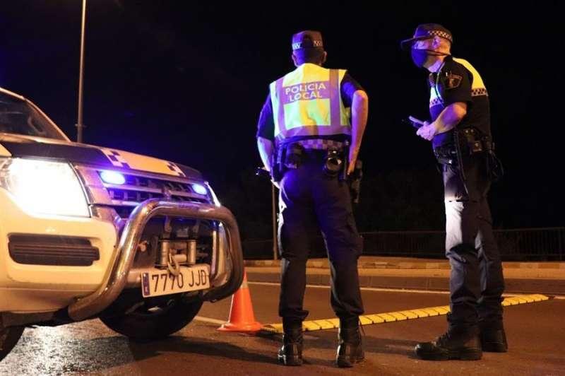Una patrulla de la Policía Local haciendo controles. EFE/ Juan Carlos Cárdenas/Archivo