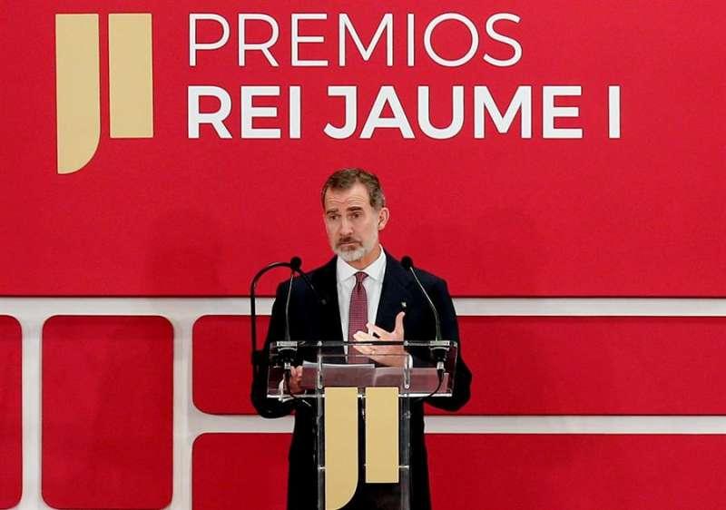 El Rey Felipe VI se dirige a los asistentes tras entregar, en la Lonja de València, los Premios Jaime I 2019. EFE/Manuel Bruque