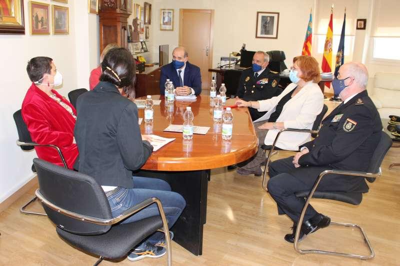 Reunión durante la presentación las nuevas obras del Complejo Policial de Zapadores en Valencia.