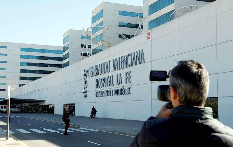 Un periodista toma imágenes del exterior del hospital La Fe. EFE/Kai Försterling/Archivo