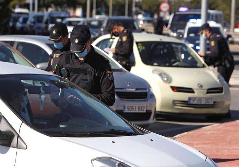 Agentes de la Policía Nacional realizan un control en el acceso a la ciudad de Alicante. EFE/Archivo