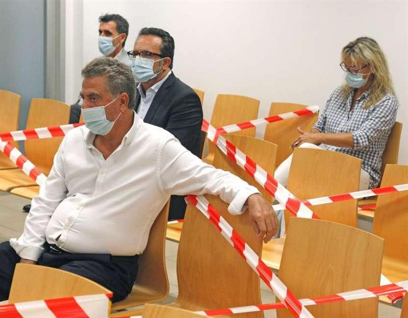 El empresario Enrique Ortiz (i), este miércoles en la sala de vistas de la Audiencia Provincial de Alicante junto a otros acusados, entre los que se encuentran los exalcaldes Sonia Castedo (d) y Luis Díaz Alperi.EFE/MORELL
