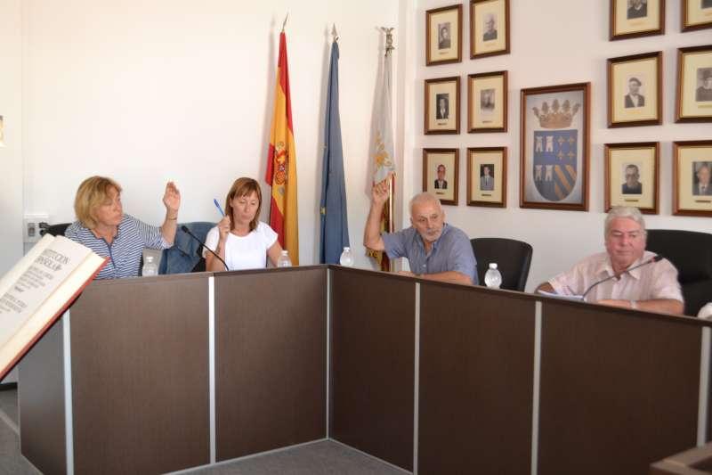 El edil del PSPV con las concejalas de Compromís en el momento de la votación. EPDA