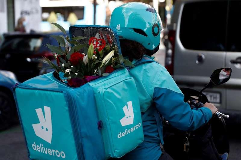 Imagen de archivo de un rider de Deliveroo lleva flores por encargo. EFE