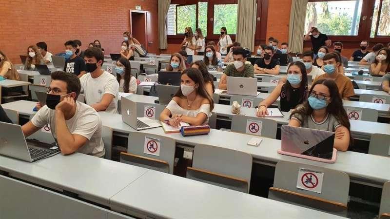 Estudiantes universitarios, en su primer día de clase, este lunes, en una imagen compartida por la UV.