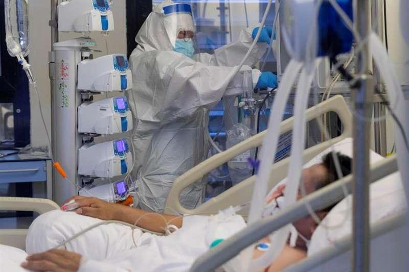 Una enfermera de una unidad de cuidados intensivos (UCI) atiende a un paciente infectado con COVID 19. EFE/Archivo