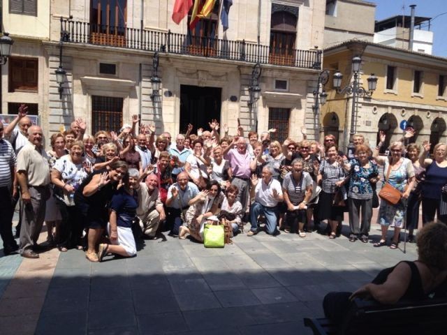 Foto en grupo de los mayores de Catarroja. FOTO: EPDA