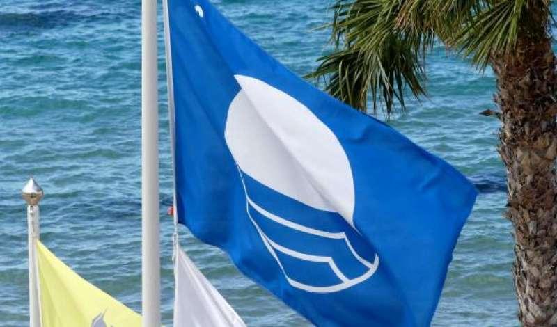 Imagen de archivo de una bandera azul de playas.