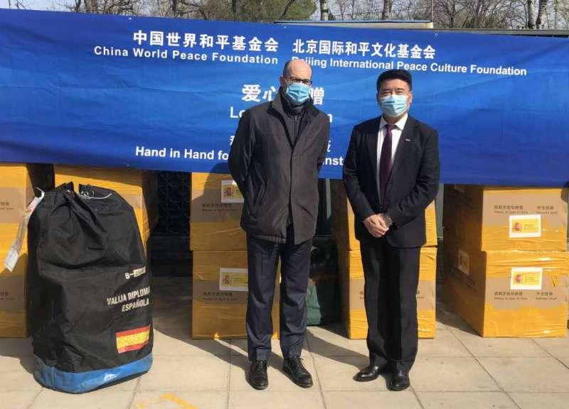 Entrega del material por parte de la China World Peace Found a la Embajada de España en China