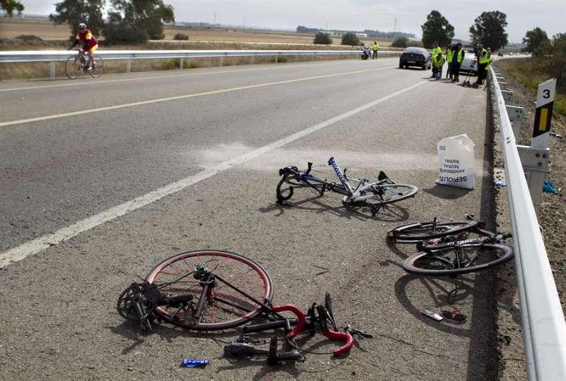 Restos de un accidente de varios ciclistas. EFE/Eduardo Abad/Archivo
