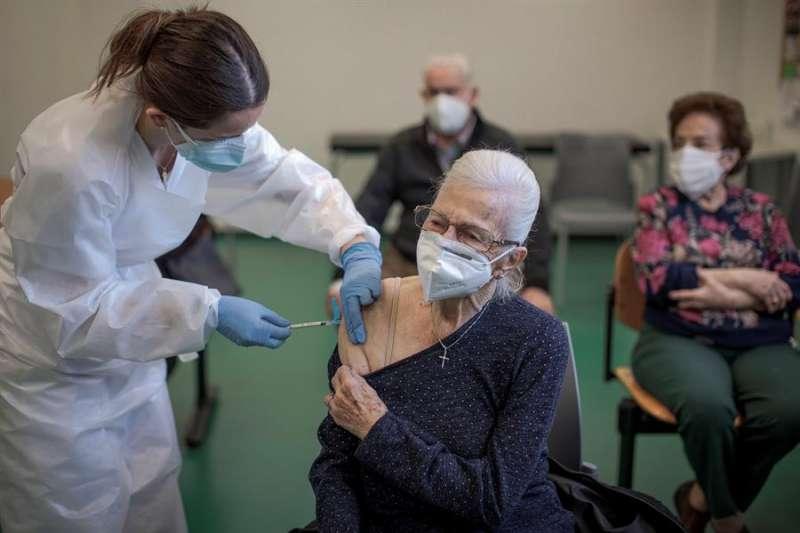 Una anciana recibe una dosis de la vacuna contra el coronavirus. EFE