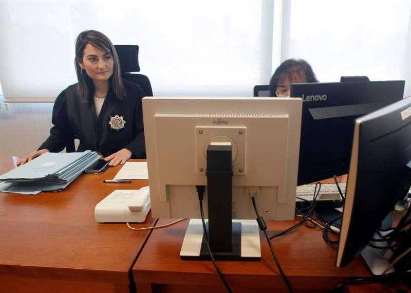La juez de adscripción territorial (JAT), Raquel Castro, durante la celebración de un juicio celebrado telemáticamente en el juzgado n1 de lo Contencioso-Admnistratio de Elche. EFE/MORELL