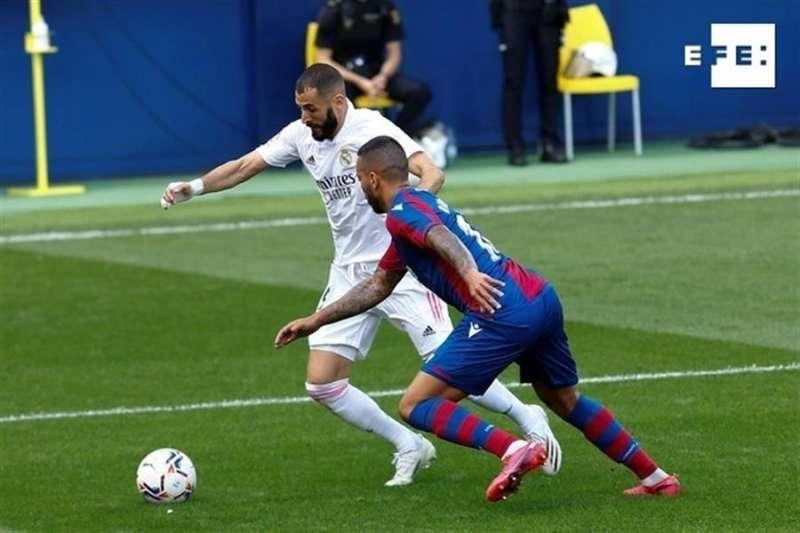 El delantero francés del Real Madrid Karim Benzema (i) pelea un balón con el defensa portugués del Levante Rubén Vezo. EFE