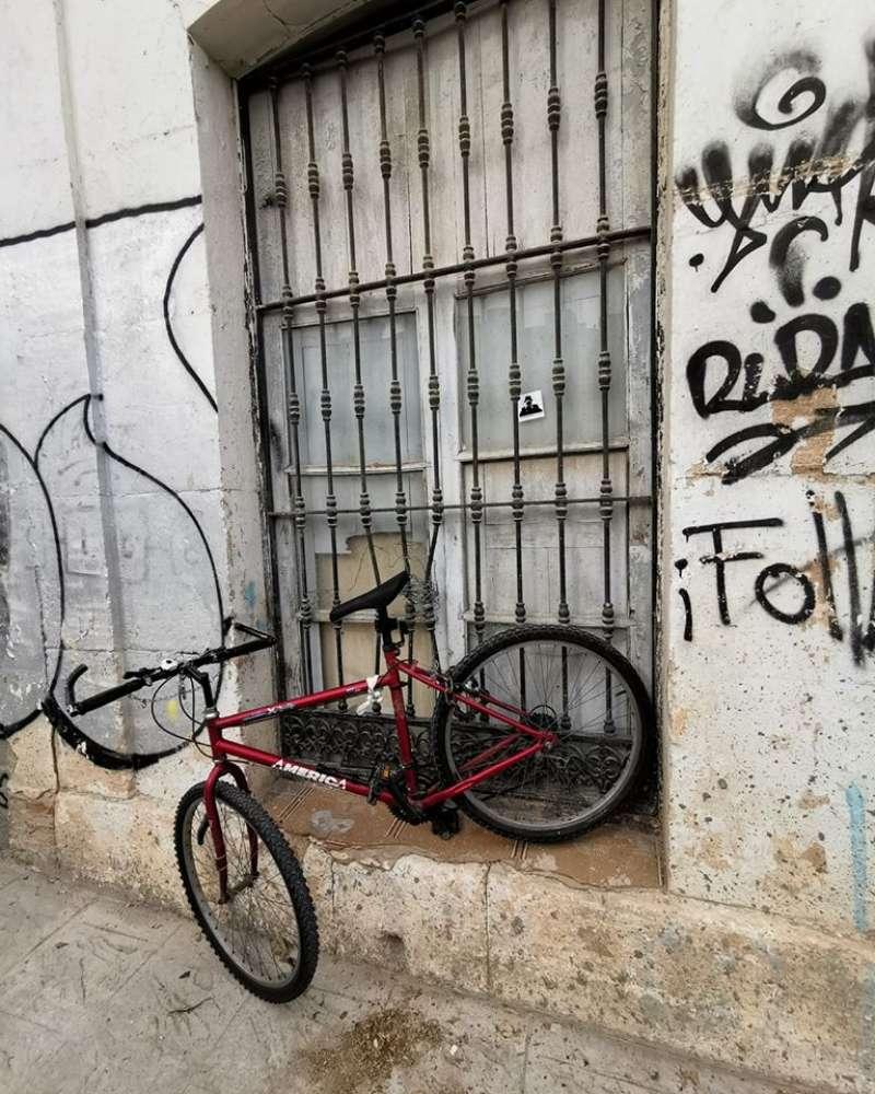 Una bicicleta en una ventana de València.