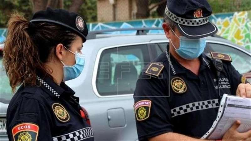 Dos agentes de la Policía Local de València.EFE