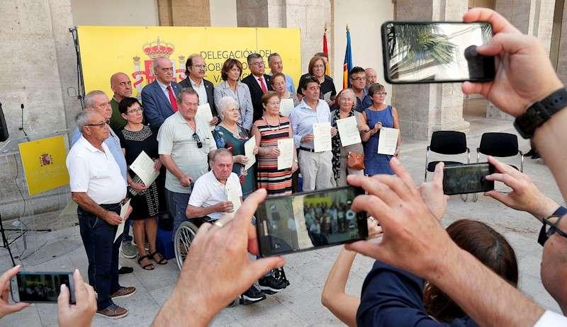 La ministra de Justicia, Dolores Delgado (centro), posa junto a los familiares que han recibido los 18 certificados de reparación y reconocimiento personal a represaliados de la Guerra civil y la dictadura. EFE/Kai Försterling