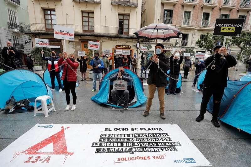 Empresarios del ocio nocturno acampan frente a las puertas del Palau de la Generalitat. EFE