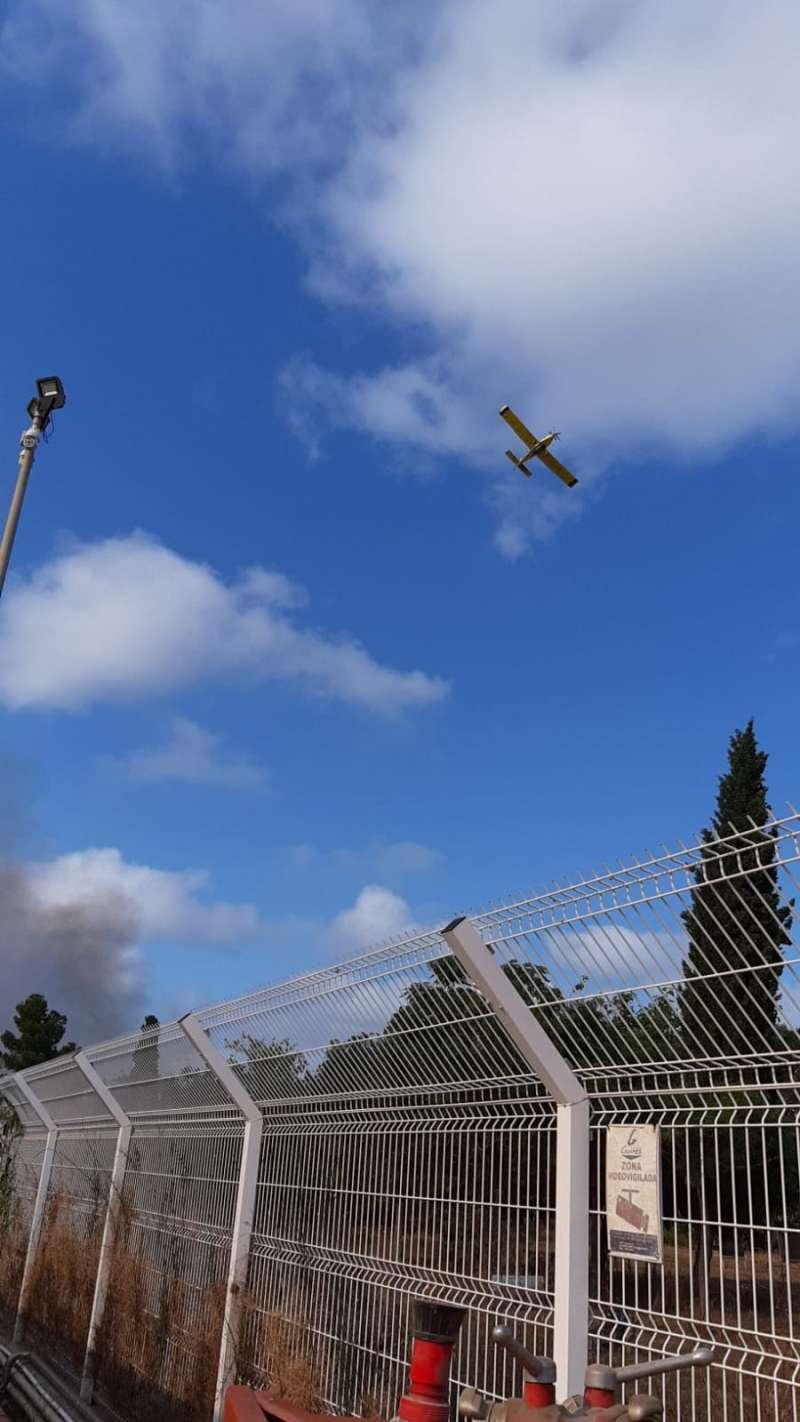 Una avioneta sobrevuela el incendio