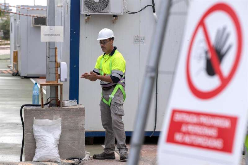 Un trabajador en una obra. EFE/Marcial Guillén/Archivo