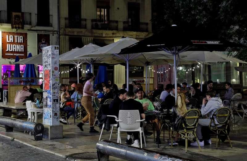 Varias personas disfrutan en una terraza de la plaza del Tossal en el barrio del Carmen de Valéncia.