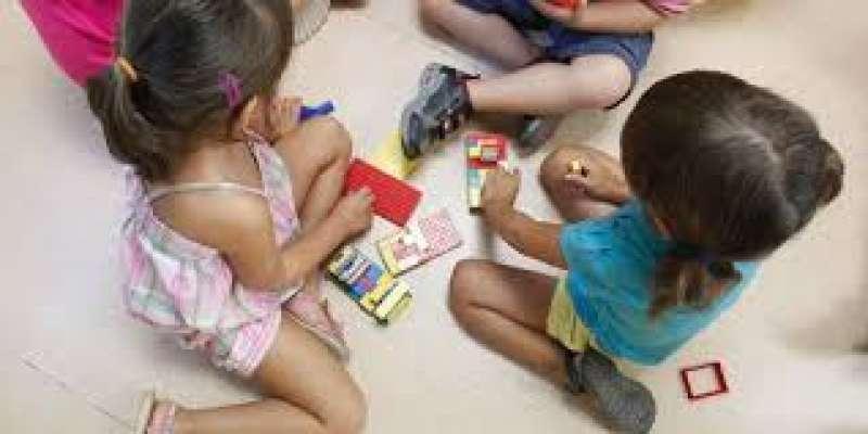 Niños jugando en casa. EFE