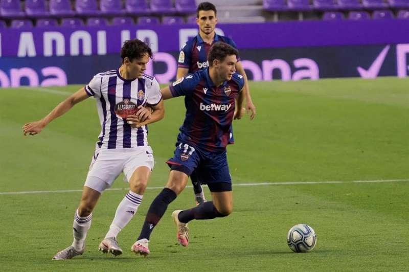 El centrocampista montenegrino del Levante, Nikola Vukcevic (d), disputa el balón ante el delantero turco del Valladolid, Enes Unal, durante el encuentro correspondiente a la jornada 33 que disputaron en el estadio José Zorrilla, en la capital pucelana. EFE / R. García.