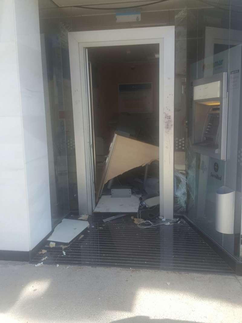 Entrada de las instalaciones de la entidad bancaria destrozada. EPDA
