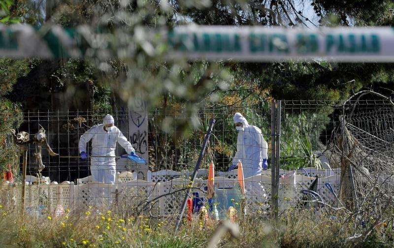 Los agentes trabajan en el lugar la muerte en Godella (Valencia) de dos menores. EFE