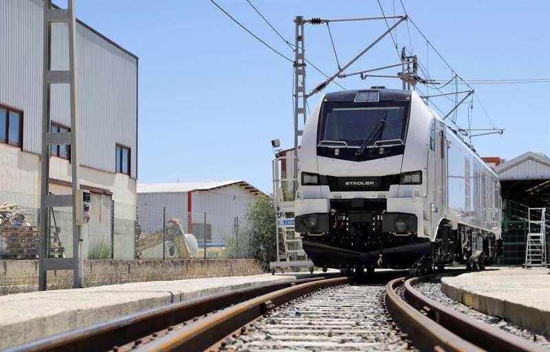 Eurodual, una de las locomotoras fabricadas por Stadler Valencia para corredores transfronterizos como el Corredor Mediterráneo o el Atlántico. EFE/Manuel Bruque/Archivo