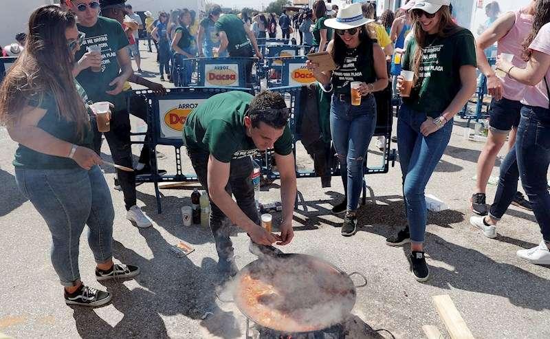 Varios jóvenes participan en unas Paellas Universitarias. EFE