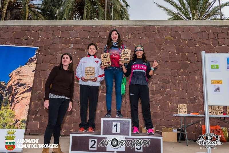 La alcaldesa con las ganadoras de la carrera. EPDA