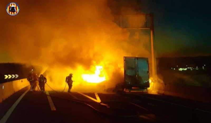 Foto cedida por el Consorcio Provincial de Bomberos del incendio de un camión en la A-3 en el término de Buñol.