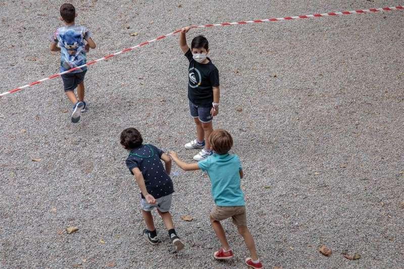 Varios niños con mascarilla durante el primer día de clase. EFE