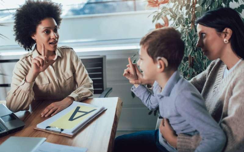 Un niño aprendiendo el lenguaje de los signos. EPDA