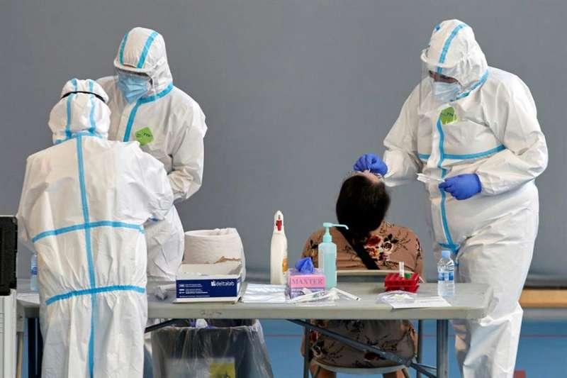 Personal sanitario realizan pruebas PCR durante la campaña de cribado masivo. EFE